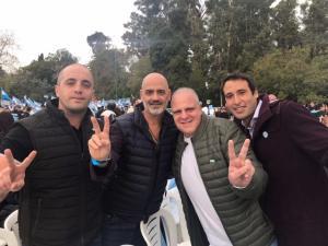 Marcelo Puella junto a compañeros de la Agrupación Gritó de Corazón